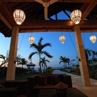 Bei Einbruch der Nacht auf der Terrasse entspannen