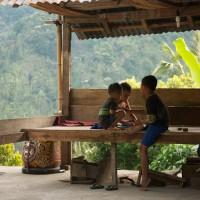 Kinder spielen in Bali