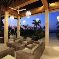 Genießen Sie einen Drink , während Sie den Blick über das Bali Meer.