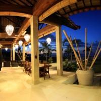 Genießen Sie den Abend auf der Terrasse in Bali