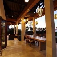 Das Ferienhaus in Bali verfügt über eine schöne überdachte Terrasse.