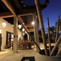 Von der Terrasse der Ferienvilla in Bali in der Nacht.
