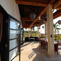Die überdachte Terrasse der Villa in Bali mit Blick aufs Meer