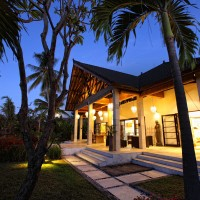 Nachts de Villa in Bali ist wunderschön beleuchtet