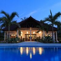 Frontansicht der Villa in Bali in der Nacht