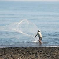Mann mit Fischernetz