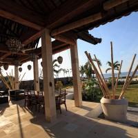 Die sonnige Terrasse der Ferienvilla in Bali